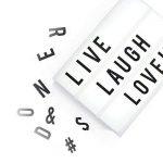 Cosi Home™ - Boîte cinématique lumineuse format A5 avec 100 lettres, émoticônes, smileys et symboles - personnalisez votre message - Piles et alimentation USB de la marque The Body Source image 2 produit
